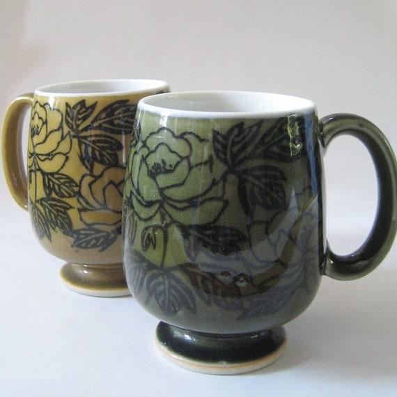 Retro roses. Set of two vintage mugs.