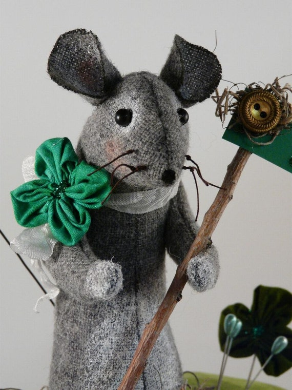 Prim wool Mouse Pinkeep Shamrock PDF pattern - Big pincushion wool fabric pdf clover primitive sewing notion day Irish sign pins
