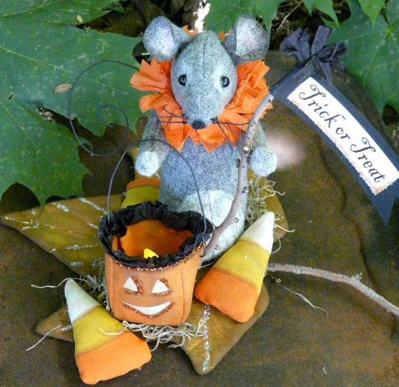 Prim Treat Halloween Mouse PDF pattern - trick or lantern fall leaf pumpkin candy corn doll wool fabric pdf primitive sign