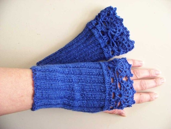 Royal blue knitted gloves with lace crochet trim D382