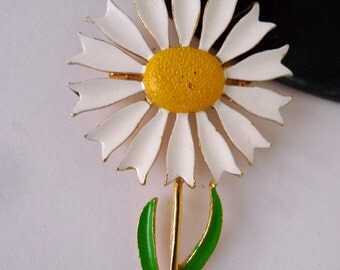 pretty flower pin vintage daisy  brooch  mid century  jewelry