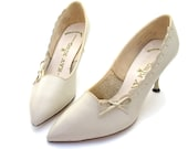 Vintage 1950 Shoes Bone Leather Bow Scallop High Heel Pumps 5 1/2