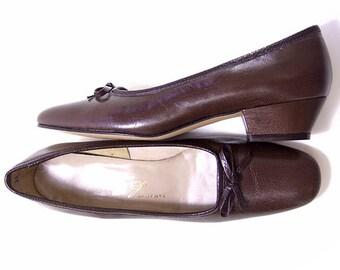 New Vintage 1960s Brown Leather Shoes Mid Heel Bow Pumps NOS size 7 1/2 Narrow Unworn Vintage Footwear