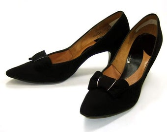 Vintage Shoes 60s Black Velveteen Bow Pointy Toe Mid Heel Pumps 9 1/2