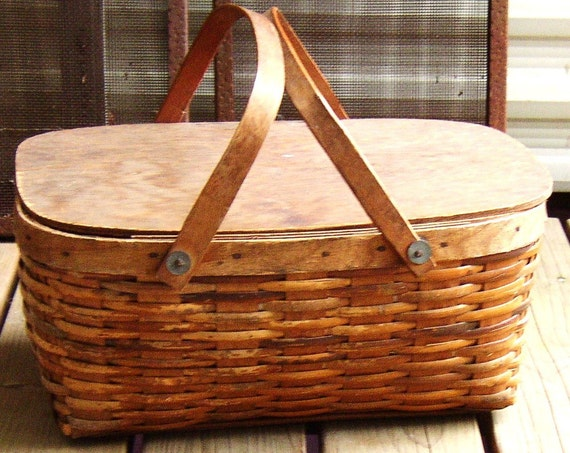 Small wicker picnic basket with lid : Vintage wicker picnic basket flat lid by junqueinthetrunque