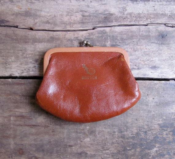 S A L E // vintage 1940s Dietsch leather kisslock coin purse // Creme Caramel