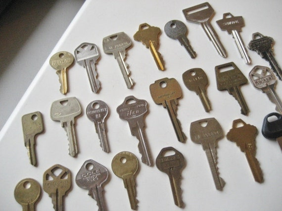 Lot of 24 Vintage and Newer Metal Keys- Finding, Steampunk, Altered Art