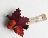 Brooch felt, dark red leaves with acorns, branch oak