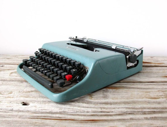 Slim Italian Olivetti Lettera 22 Typewriter in Seafoam with Case & Manual