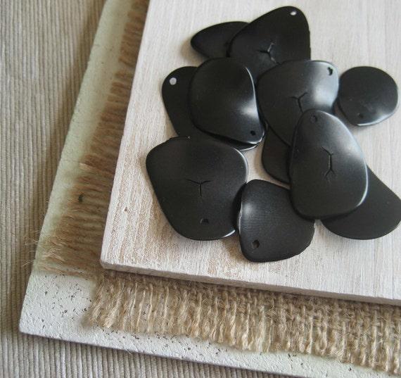 Tagua Pendants  -  black  pendants  freeform Chip -  thin slices  -  10  pcs  -  2ta7