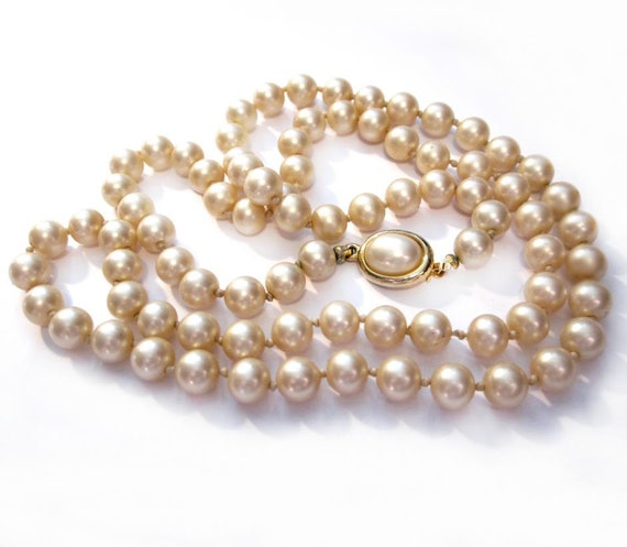 Vintage Pearl Necklace / 24 Inch Cream Faux Pearl Glass Bead Necklace / Costume Jewelry