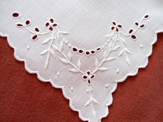 Set 4 Vintage Linen Embroidered Napkins Eyelet Leaves