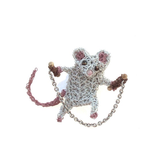 Crochet mouse brooch, today shes skipping