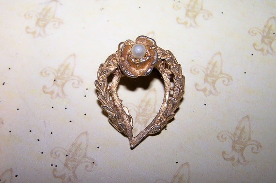 Heart-shaped pin/brooch Laurel leaves Rose faux Pearl religious signifigance