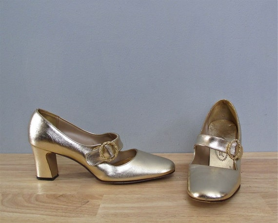 s a l e 1960s GOLD metallic mary janes heels 8