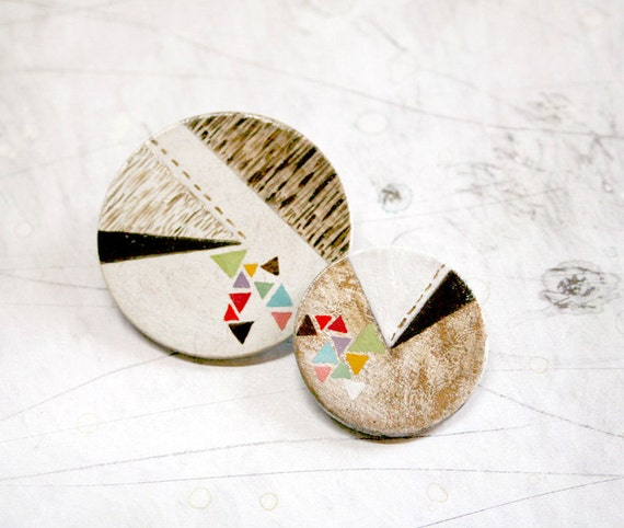 Set of two hand painted geometric brooches. 01