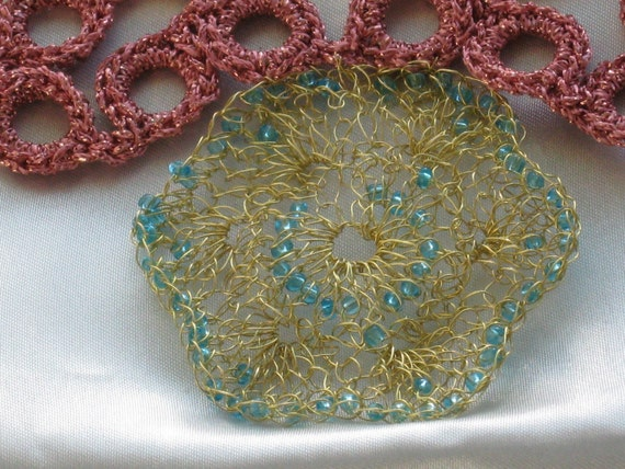 Gold wire crochet  pendant whit pink knitted necklace