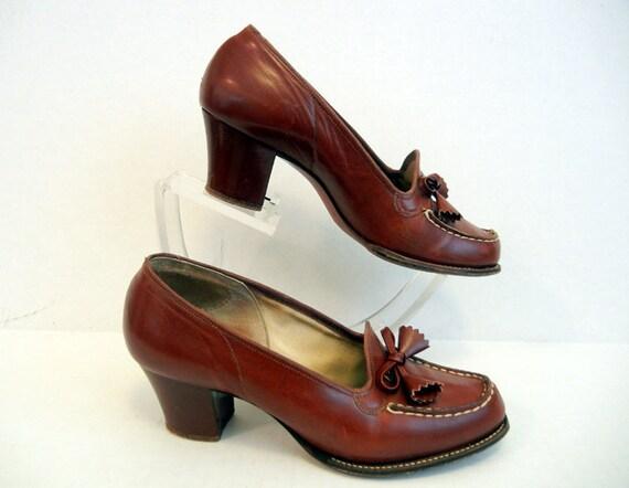 1940s shoes / Carmel Apple Brown Vintage 40's Tassled Oxford  Loafer Heeled Shoes