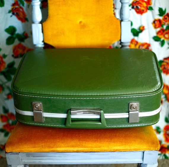 Vintage/Retro Mid-Size Suitcase in Green