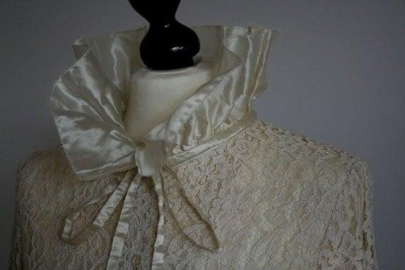 Very elegant LACE BLOUSE in cream with ruffled collar and cuffs