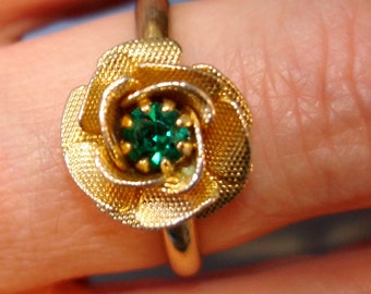 vintage golden rose cocktail ring with emerald gem center stone