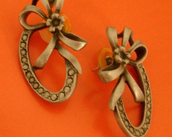 adorable vintage flowers and bows pewter tone silver pierced earrings