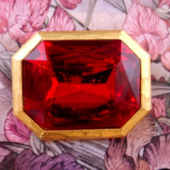 vintage over-sized ruby red faux gemstone gilt statement brooch
