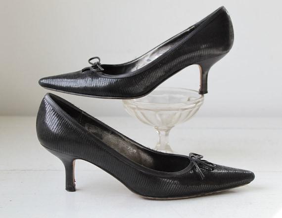 vintage black kitten heel pumps. size 7.5 medium. Snakeskin pattern leather with peekaboo bow vamps / the NIGHT ESPRESSO heels