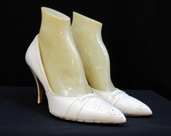 50s 60s Shoes Vintage Pumps White Perforated Pointy Toe - so Mad Men 6.5