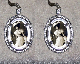 Victorian Corset Fashion Oval Frame Earrings