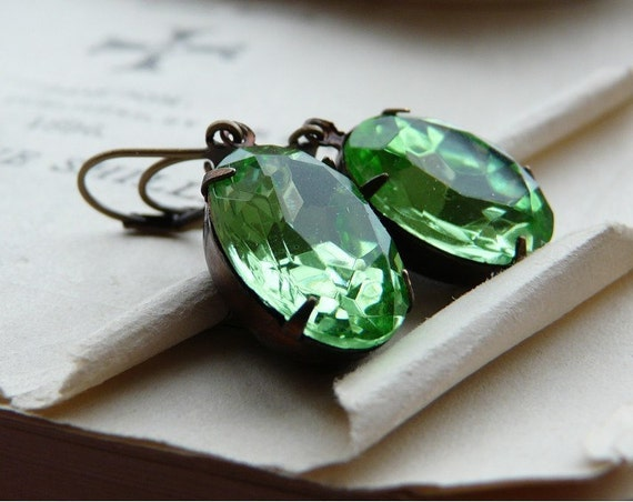 Fading in the grass -Earrings- Vintage peridot green glass jewels