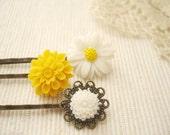 observ(ed) - lovely spring daisy vintage hair pin set.