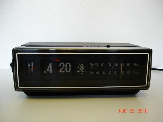 Vintage GE Flip Clock with AM FM Radio and Alarm. Model 7-4305F