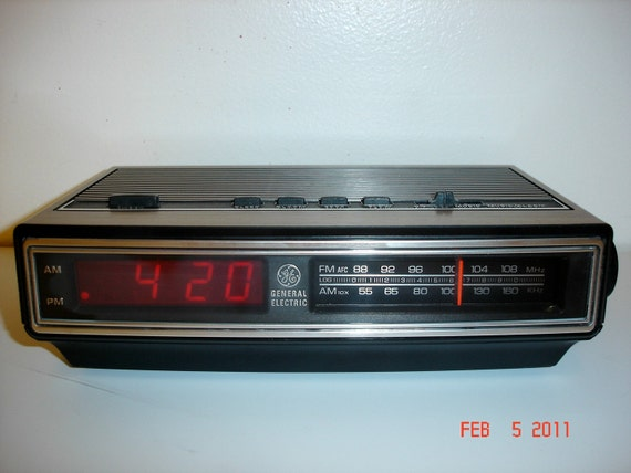 Under Counter Radio moreover Under The Cabi  CD Player With AM FM Radio 206971 additionally Vintage Ge General Electric Digital further Ge08 furthermore Watch. on ge clock radio