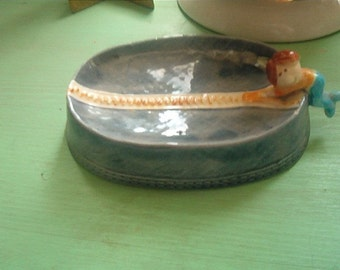 Vintage Retro Ceramic Soap Dish Little Man holding on a zipper hanging off the edge