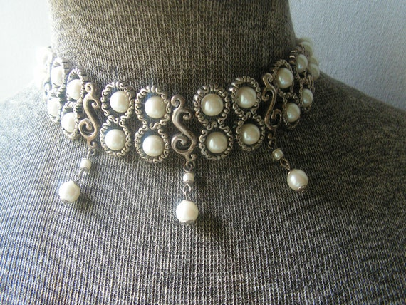 Classy vintage 80s white pearl  adjustable collar necklace, framed with textured silver tone metal.