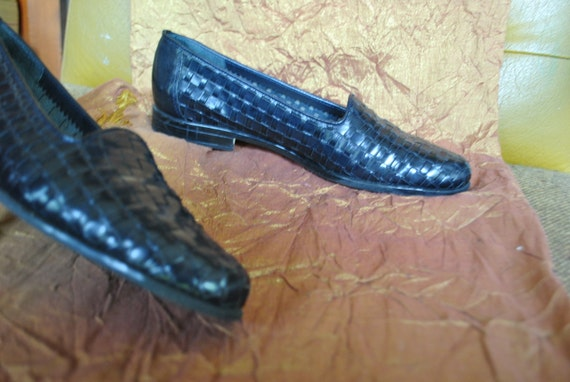 Luxurious vintage 80s black genuine leather woven flats. Made by  Trotters in Brazil.Size 6N