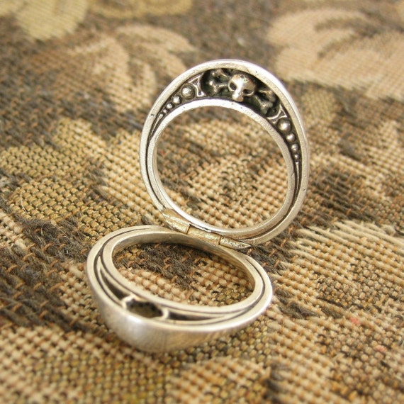 Split steampunk mourning ring in solid sterling silver with skull and cross bones motif size 7 only