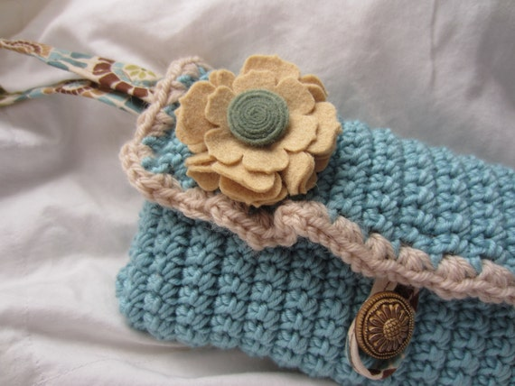 SALE Wristlet handbag- Vintage look crochet with felt flower accent