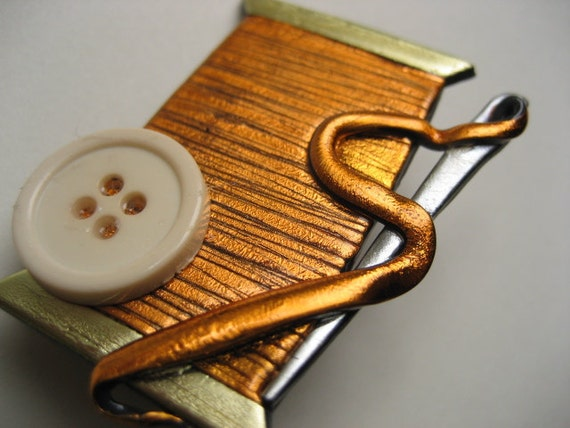 Sewing Needle and Thread Pin in light copper brooch button