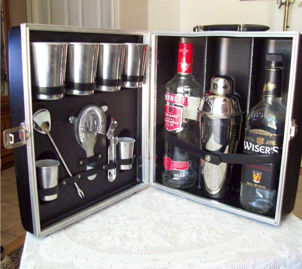 Vintage portable bar with cocktail shaker travel case barware - Mobile bar vintage ...