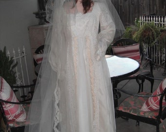1970s Wedding Gown w/Matching Veil / Lace Wedding Gown / Ivory Bridal Gown