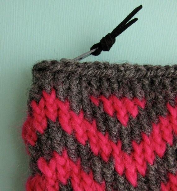 SALE 50% off- Knit Coin Purse Zipper Pouch Wallet - Chevrons Grey/ Hot Pink Zig Zags