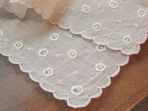 Antique Hankie Bride Quality White Circle Scalloped Edge Embroidery