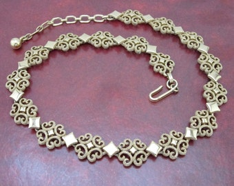 FREE SHIPPING Vintage Gold Avon Necklace (275)