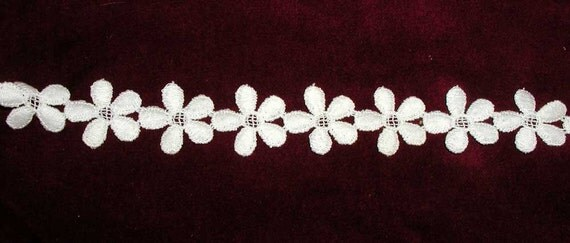 Large Roll of Daisy Chain Trim in Creamy White
