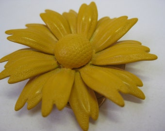 Golden Yellow Daisy - vintage scarf clip