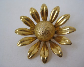 Golden Daisy - vintage brooch
