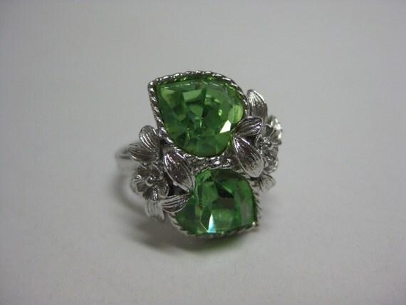 Silver Floral Green Heart - vintage ring - adjustable