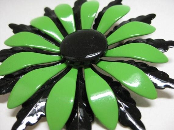 Green and Black Daisy - vintage brooch